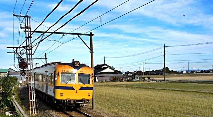 大山と電車.jpg